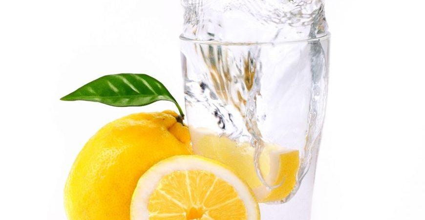 Apa cu lămâie